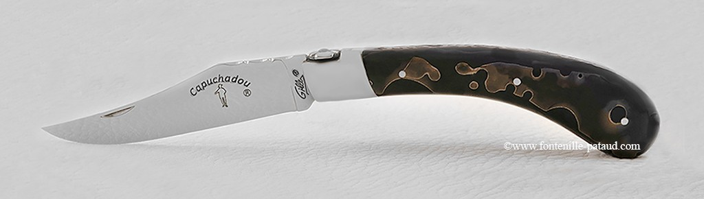"""Le """"Capuchadou - Guilloché"""" 12 cm, résine noire avec inclusion de bronze"""