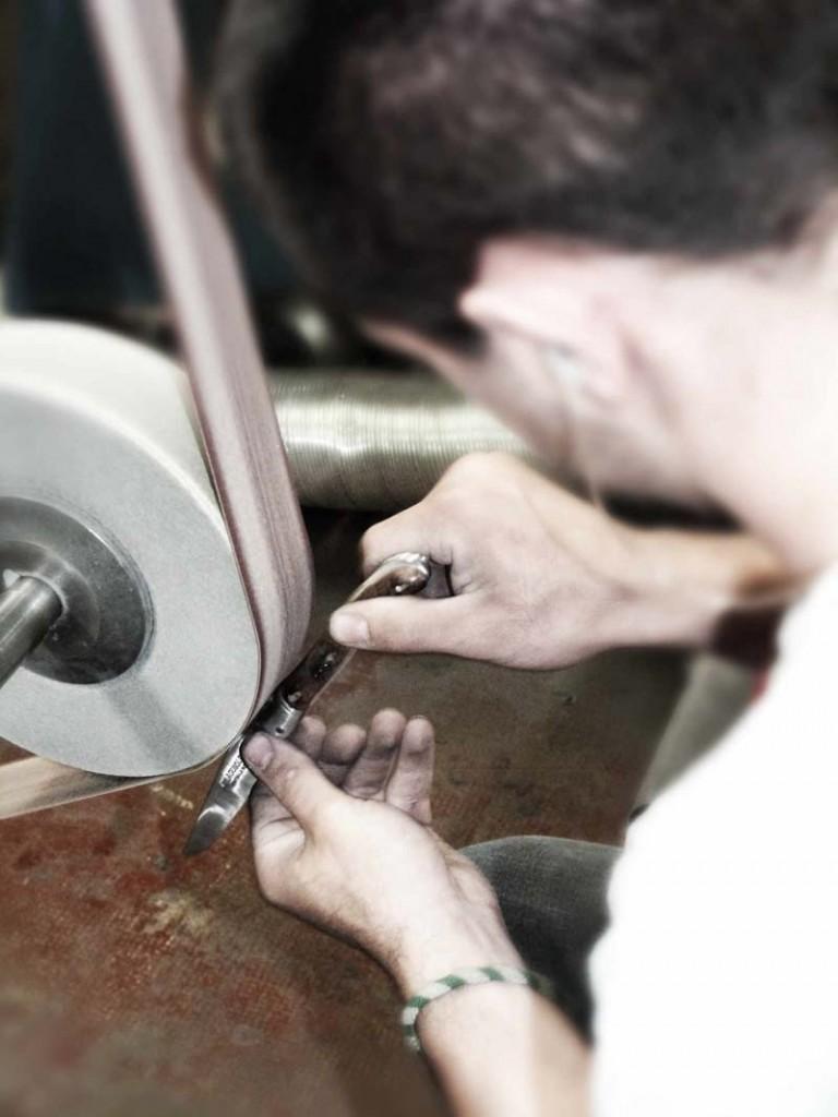 Polissage couteau pliant Laguiole fabriqué en France